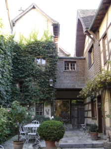 Troyes - Champ des Oiseaux - courtyard garden from the garden